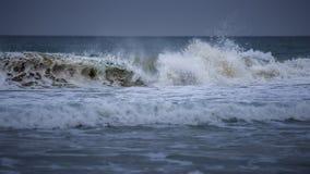 En våg, ett havsskum och en havsbakgrund Royaltyfri Fotografi