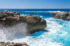 En våg och klippor nära Azure Window på den Gozo ön, Malta Arkivfoton