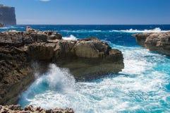 En våg och klippor nära Azure Window på den Gozo ön, Malta Royaltyfri Bild