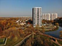 En-våning och mång--våning hus i Khimki, Ryssland royaltyfria foton