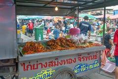 En vagn för att sälja grillad feg aktivering i Thailand lokalfres arkivfoton