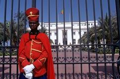 En vakt stod förutom den presidents- slotten, Dakar Royaltyfri Fotografi