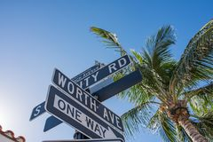 En valeur l'avenue dans le Palm Beach luxueux, la Floride photographie stock libre de droits