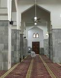 En vallfärda, i att be position inom den Abdullah Ibn Abbas moskén i Taif, Makkah, Saudiarabien Arkivfoton