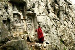 En vallfärda i forntida grottakonst för klippe Arkivfoto