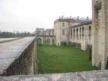 En vallgrav och en arg bro som omger chateauen de Vincennes i Paris royaltyfria foton