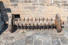 En van vid rulle av trä försvarar den stora väggen royaltyfri bild