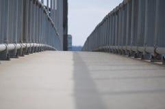 En vandringsled på en bro Royaltyfri Foto