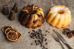En vanilj och en choklad och en citronbundt bakar ihop Arkivbild
