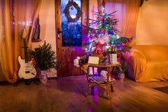 En vardagsrum som tänds med dekorerade talrika ljus royaltyfri foto
