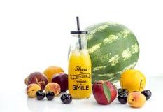 En variation av frukter och fruktsaft royaltyfri fotografi