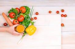 En variation av grönsaker på en ljus träbakgrund Tomater morot, peppar som lägger på en tabell Grön sallad och lökar Arkivbild