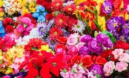 En variation av konstgjorda blommor Färgrik bakgrund av blommor Royaltyfria Foton
