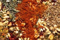 En variation av kryddor och örtnärbilden många bakgrundsklimpmat meat mycket arkivfoto