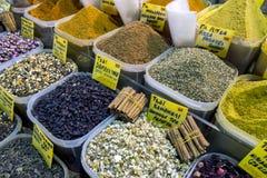 En variation av kryddor och teer som är till salu på ett lager inom kryddabasaren på Istanbul i Turkiet arkivfoto