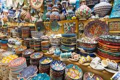 En variation av orientaliska objekt erbjöd till salu på den storslagna basaren Royaltyfria Foton