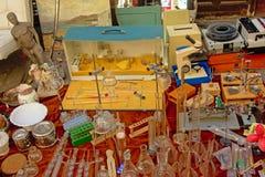 En variation av retro objekt som är till salu på loppmarknaden Arkivfoton