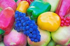 En variation av stora mogna frukter och grönsaker i behållaren Fotografering för Bildbyråer