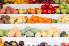 En variation av sund ny exotisk frukt på marknaden arkivfoton