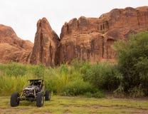 En varm stång som parkeras i öknen royaltyfria bilder