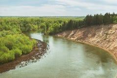 En varm vårdag i skogdalen av den ryska floden med en brant sandig lutning Landskap arkivbild