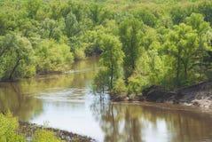 En varm vårdag i skogdalen av den ryska floden med en brant sandig lutning Landskap fotografering för bildbyråer