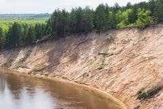 En varm vårdag i skogdalen av den ryska floden med en brant sandig lutning Soligt landskap arkivfoton