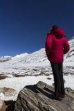 Kvinnan på nolla pekar i Sikkim. Royaltyfri Fotografi