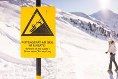 En varning undertecknar in bergen Royaltyfria Foton