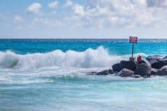 En varning undertecknar in havet royaltyfri fotografi