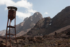 En vattenbehållare i kartbokbergen Arkivfoton