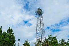 En vattenbehållare under blå himmel arkivfoton