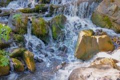 En vattenfall av Altai berg arkivbilder