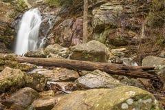 En vattenfall flödar efter ett regn i en gömd kanjon på ett berg Arkivbild