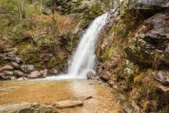 En vattenfall flödar efter ett regn i en gömd kanjon på ett berg Royaltyfri Foto