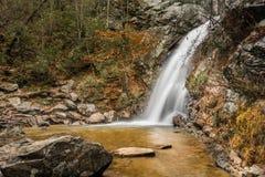 En vattenfall flödar efter ett regn i en gömd kanjon på ett berg Fotografering för Bildbyråer