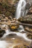 En vattenfall flödar efter ett regn i en gömd kanjon på ett berg Arkivfoton