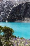 En vattenfall i den Huascaran nationalparken Fotografering för Bildbyråer