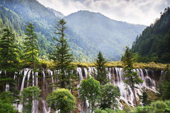En vattenfall i Jiuzhaigouen royaltyfria foton