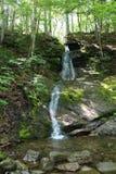 En vattenfall i träna av uddeBretonön arkivbild