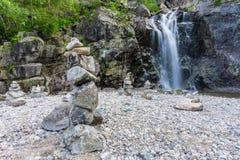 En vattenfall nära ett litet damm i Norge arkivfoton