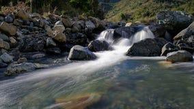 En vattenfall på Hacket liten vik, montering Richmond Forest Park, Nya Zeeland fotografering för bildbyråer
