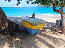 En vattentaxi som binds till ett manchioneelträd på stranden för prinsessa margaret Arkivfoto