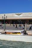 Estación y taxi de tren de Venecia Foto de archivo