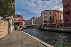 En Venecia moderna, los canales siguen siendo las carreteras principales Imagen de archivo
