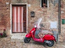 En Vespa parkerade förutom ett italienskt hus royaltyfria foton