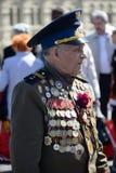 En veteran av det stora patriotiska kriget på röd fyrkant under berömmen av Victory Day på röd fyrkant i Moskva Royaltyfria Bilder