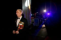 En veteran med utmärkelsen och medaljer bak platserna av berömmen av segerdagen Royaltyfria Bilder