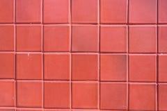 En vägg av den röda tegelplattan som åldras vid tid och bleknar av wheather Ett fin arbete och bakgrund för hus planlägger Royaltyfria Bilder