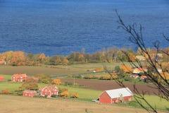 En by vid sjön Royaltyfri Foto